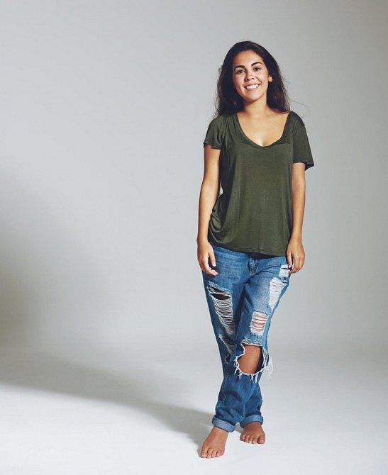 Dáma nenosí oversized věci, ani žádné boyfriend jeans. Nosí přesně to, co jí padne a sluší.