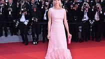 Uma Thurman zvolila růžový decentní model doplněný nezbytnými pírky v barvě šatů
