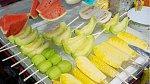 Osvěžení v horku řeší koupí vychlazených kousků ovoce, které seženete na každém rohu.