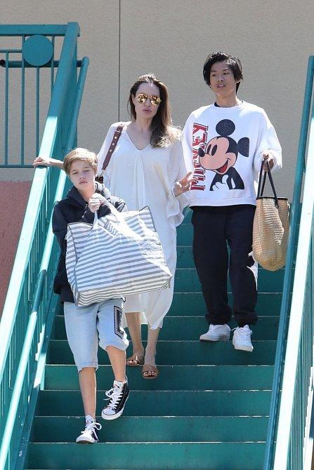 Angelina si na veřejnosti hraje na dokonalou rodinku a supermámu.