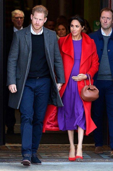Vévodkyně Meghan se nebojí zajímavých barevných kombinací.