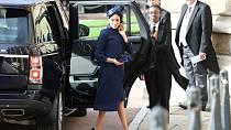 Meghan Markle dorazila v modrém kabátu. Opět vyvolala diskuze o tom, zda náhodou neskrývá těhotenské bříško.