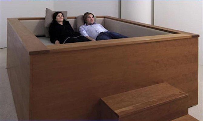Tato nadměrně velká postel v sobě má totiž zabudován prostorový zvuk.