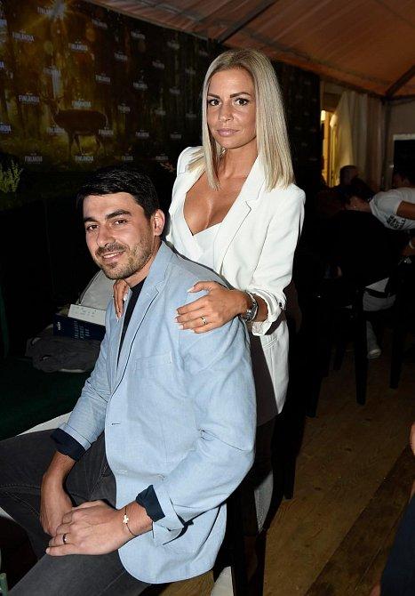 Na Festival se přijeli podívat také novomanželé Mikšíčkovi. Aneta aka @a.n.d.u.l.a zvolila střídmý model, přesto ale nikomu neuniklo, že má dokonalé tělo.