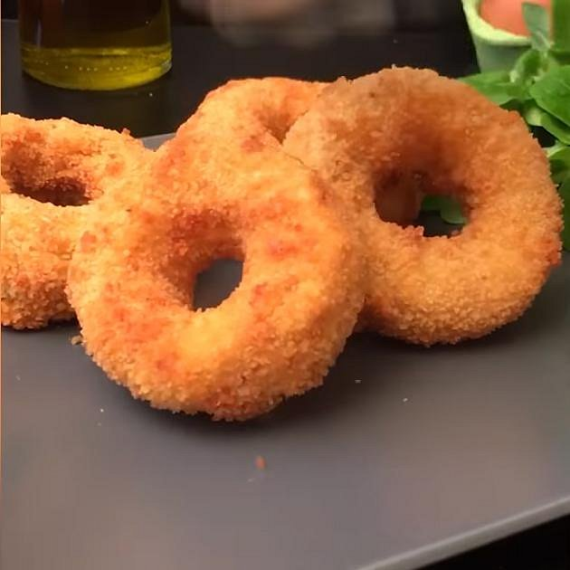 Cibulové kroužky se sýrem - Co budete potřebovat: 4 velké červené cibule, mozzarellu, trojobal - hladkou mouku, vejce a strouhanku - a rostlinný olej na smažení
