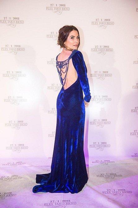 Ples jako Brno: Eva Decastelo oblékla efektní róbu s odhalenými zády, které zdobila šňůra perel.
