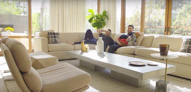 Na gauči má každý člen domácnosti oblíbené místo.