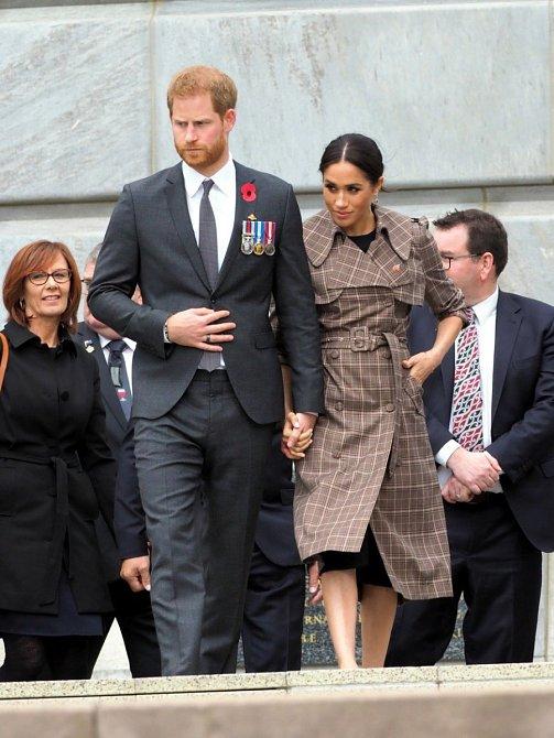 Formální cesty a společenské návštěvy vyžadují společenské oděvy. U Harryho oblek, u Meghan černé šaty a elegantní kabátek s kostkou.