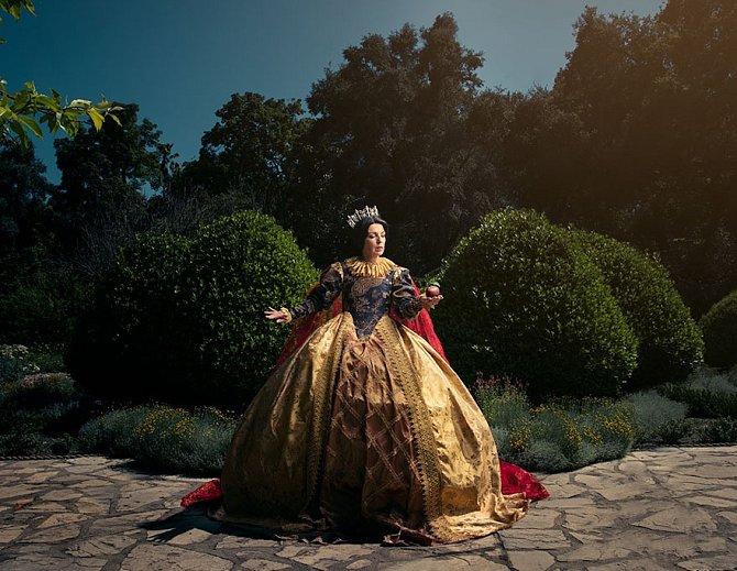 Jako starší Sněhurka, již jako královna, která vládne ve svém hradě, se fotila maminka Mily, Natascha.