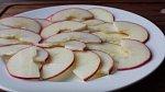 Plátky rozložte na talíř, jak vidíte na fotografii, a vložte na asi 45 vteřin do mikrovlnky. Důležité je, aby jablka změkla.