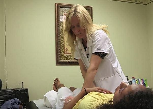 Terapeutka Gina Parsonic provádí speciální masáže, které by měly zmírnit neustálé svalové napětí.