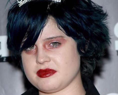 Kelly Osbourne - Kelly zřejmě použila rtěnku místo stínů...