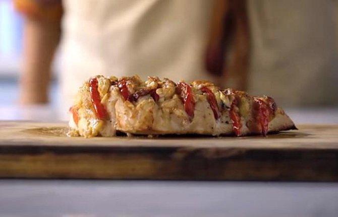 Kuřecí maso s rajčaty a mozzarellou - Co budete potřebovat: kuřecí prso, sůl, pepř, rajče, mozzarella, čerstvá bazalka, olivový olej a parmazán.