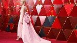 Křehká kráska Saoirse Ronan byla se svou růžovou vlečkou doslova k sežrání.