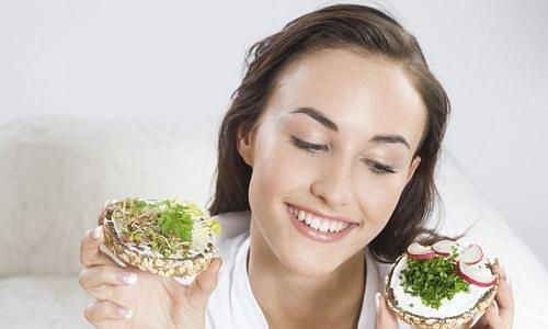 Žena držící chlebíčky