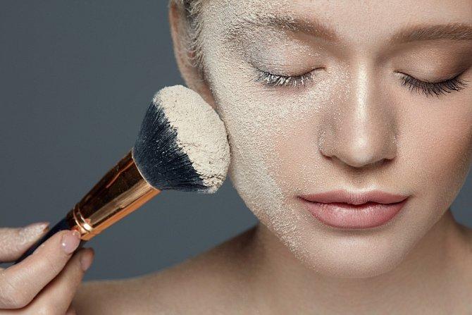 Stínování - použít můžete sypkou nebo tekutou kosmetiku. Kombinace se nedoporučují.