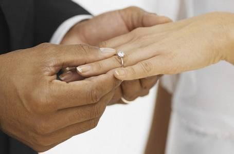 Proč nosíme snubní prstýnek na čtvrtém prstu levé ruky?