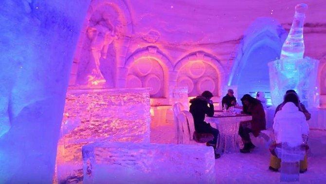 Restaurace je celá z ledu a i přesto má neustále plno.