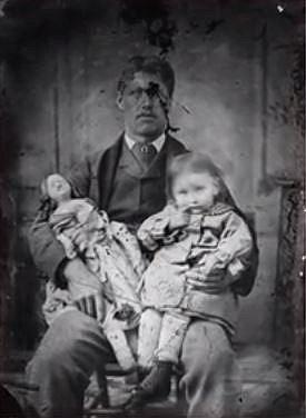 Děti se fotografují se svým zesnulým otcem.