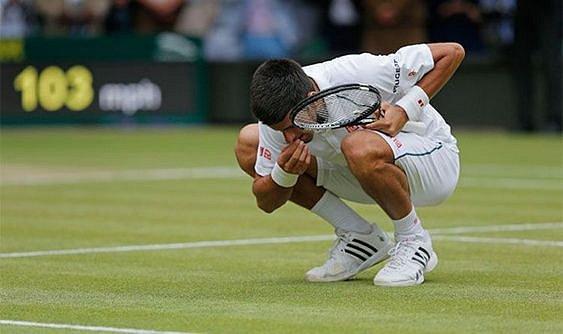 Novak Djokovic po výhře ochutnává kus trávníku