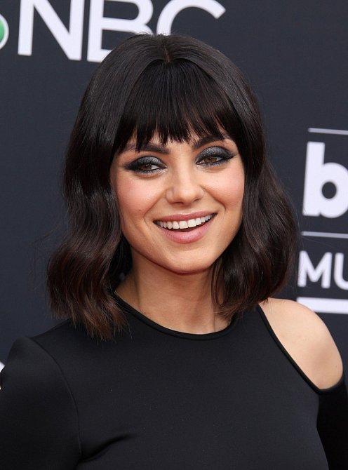 Mila Kunis během Billboard Music Awards předvedla nový účes. Po letech trochu zaexperimentovala a nechala si ustřihnout ofinu.
