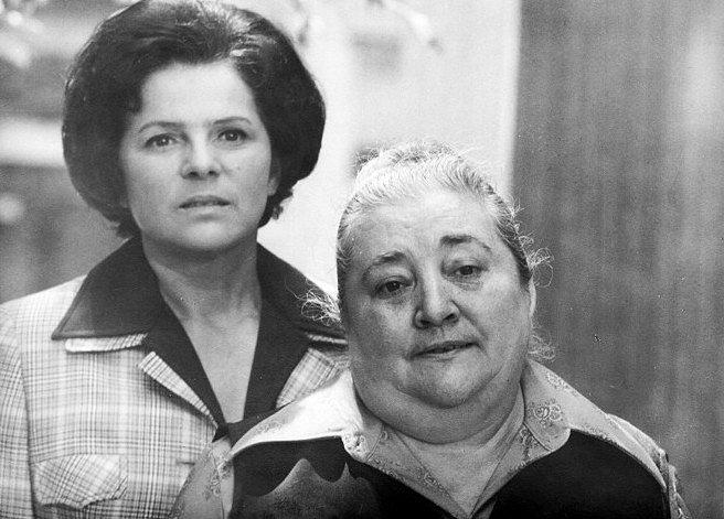 Jiřina Švorcová a Marie Motlová v seriálu Žena za pultem
