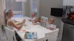 Taina se s nejmladšími členy rodiny pravidelně učí.