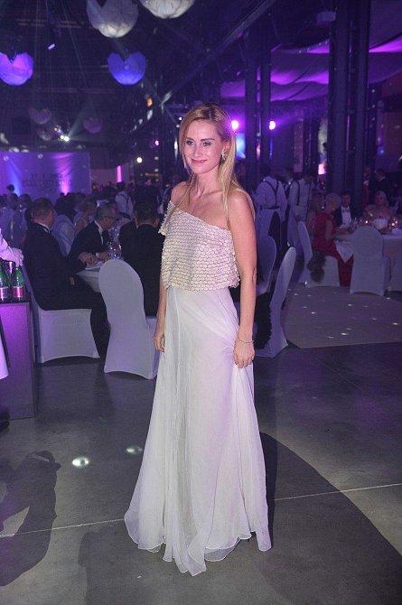 Ples jako Brno: Lucie Dvořáková, manželka hudebníka Michala Dvořáka, se předvedla v efektně řešené róbě.