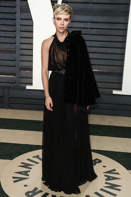 Na Vanity Fair si vzala černé dlouhé šaty z poloprůhledného materiálu a k tomu černé sako.
