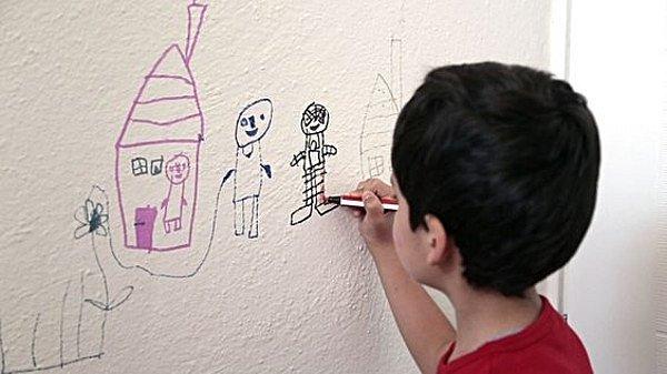 Pro malé děti je bílá stěna leckdy velkým plátnem.