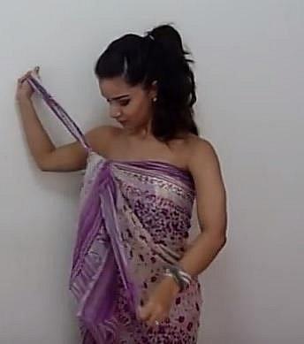 Tentokrát uvažte šátek kolem těla tak, aby byl uzel na jedné straně.