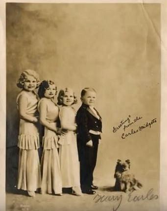 Harry Earles vystupoval se svými sestrami a rodinné seskupení si říkalo Doll family, nebo-li Rodina panenek. Všichni totiž byli velmi malého vzrůstu. Nikdo z rodiny nevyrostl více než 145 cm.