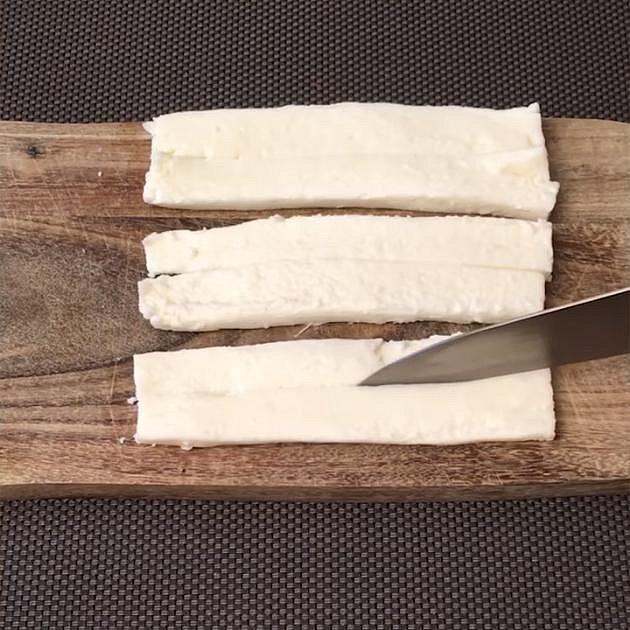 Mozzarellu nakrájejte na tenké plátky.