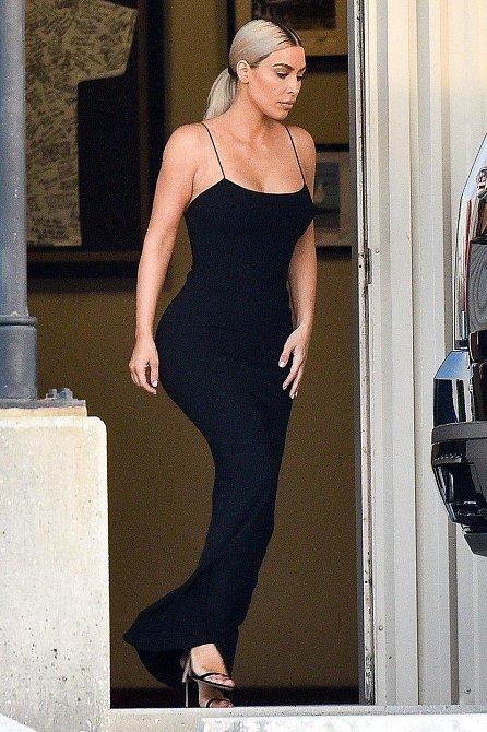 Kim Kardashian oblékla jednoduché černé šaty.