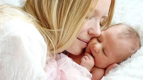 Pět zásad, které pomůžou vyřešit bolavé bříško plačícího miminka