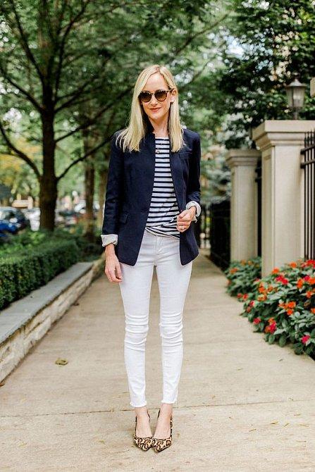 Modré sako a světlé kalhoty jsou sehraná dvojka.