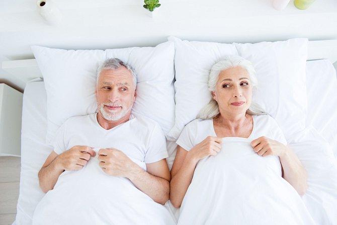 Starší páry přiznávají, že si po odchodu s dětí z domova užívají více sexu.