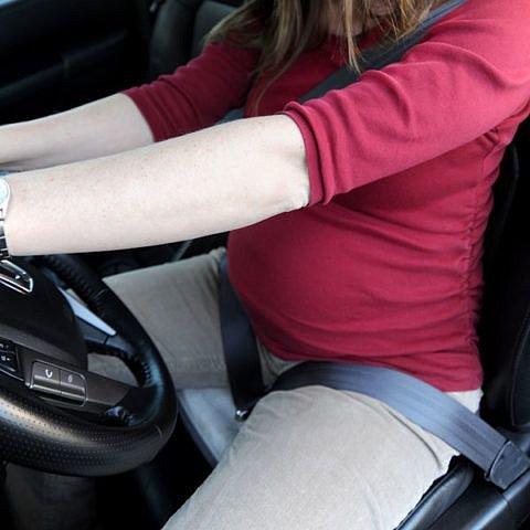Bezpečnostní pásy do auta jsou uzpůsobené tak, aby netlačily na břicho.