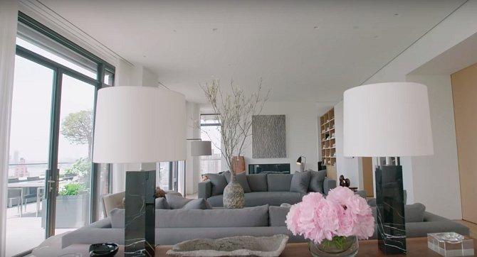 Celý obývák je zařízený do světlých barev.