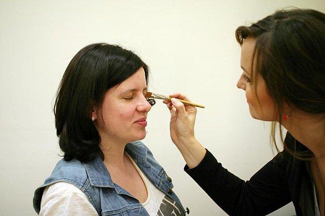 Vizážistka Elena začíná make-up poněkud netradičně líčením očí