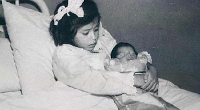 Lina Medina se svým synem krátce po porodu císařským řezem.
