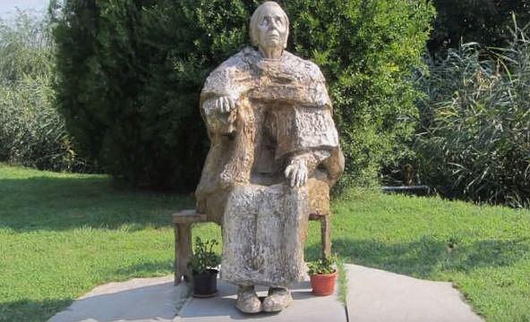 V Bulharsku má několik soch. Zemřela v roce 1996.