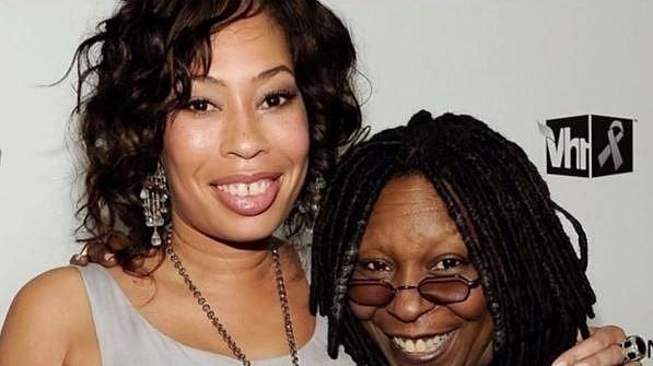 Whoopi Goldberg - se stala poprvé matkou v 17 letech, kdy otěhotněla se svým poradcem během pobytu v odvykacím zařízení pro drogově závislé. Páru se krátce po svatbě narodila dcera Alexandria.