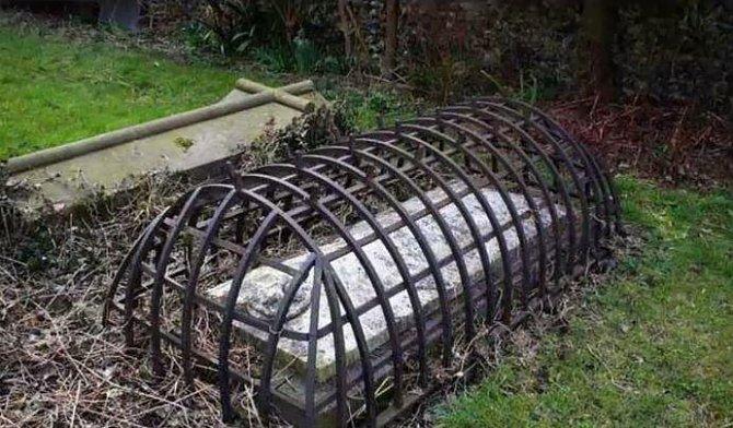 Opatření na hrobce domnělého upíra