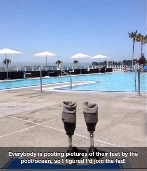 Každý postuje fotku svých nohou u bazénu. Tak on taky.