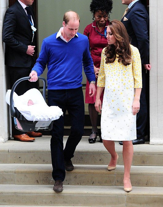 Při odchodu z porodnice už byla Charlotte umístěna v autosedačce.