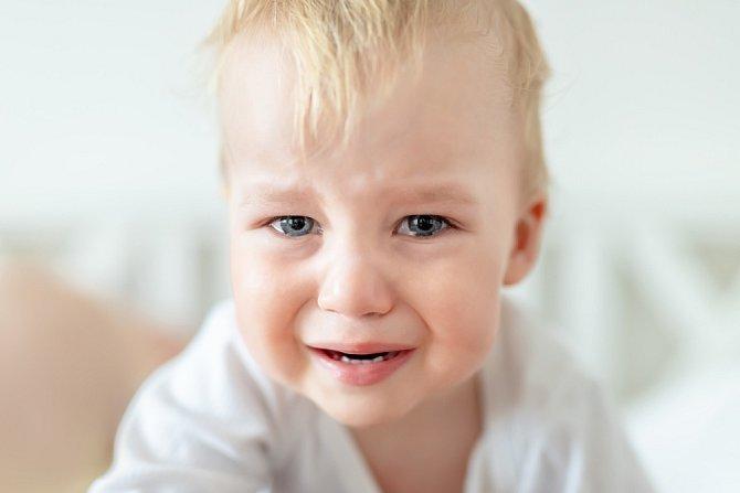 Děti umí hrát na city. Houpání, mazlení nebo spaní ve společné posteli se může vymstít.