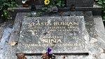 Vlasta Burian zemřel na plicní embolii.