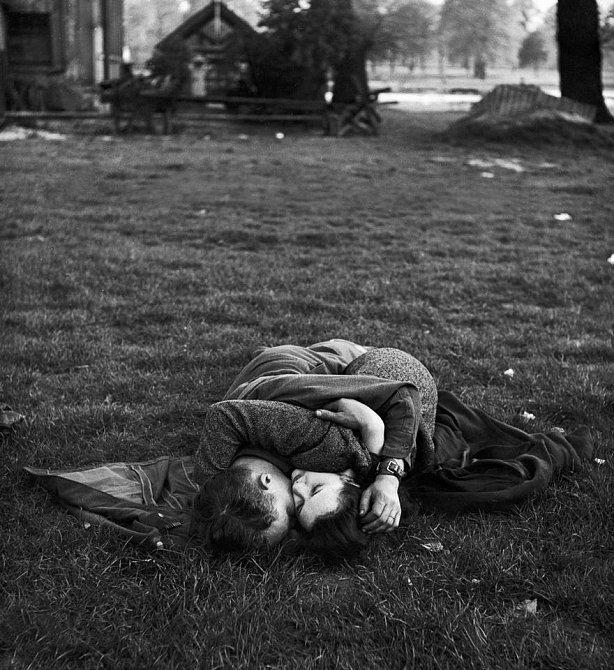 10. Americký voják líbající svou britskou přítelkyni na trávníku v Hyde Parku, Londýn, 1945