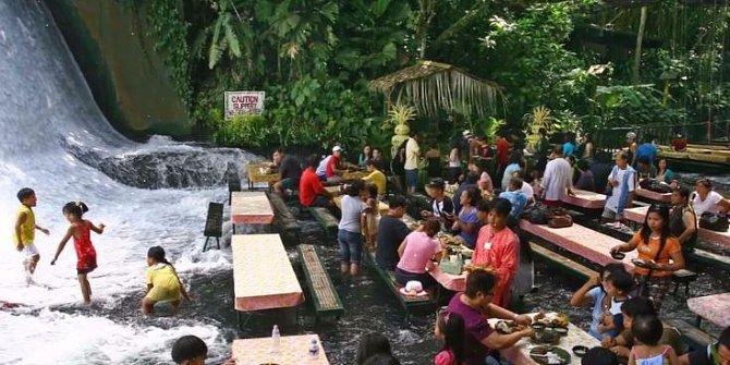 Indonéská restaurace láka zákazníky na vskutku romantické prostředí, jen vám nesmí vadit, že budete celou dobu sedět ve vodě...